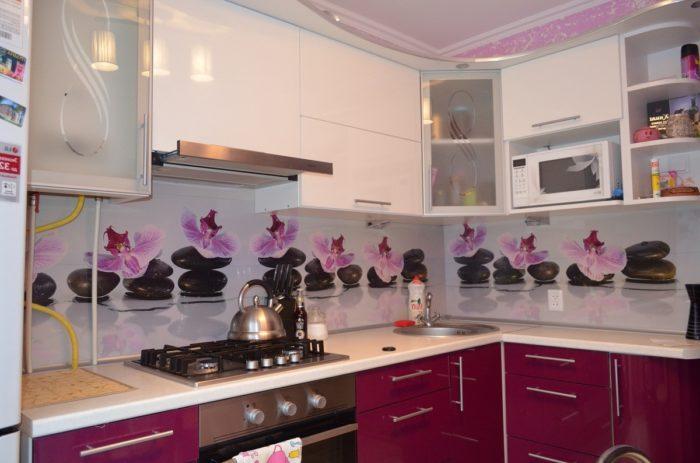 Рисунок фиолетовых цветов на скинали кухни