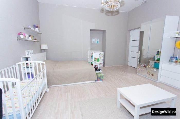 Светлая современная спальня-детская