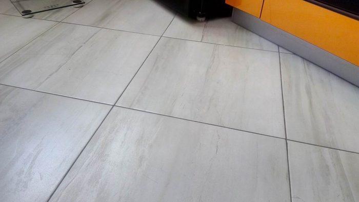 Серый керамогранит на пол в кухне