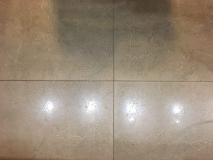Серый цвет затирки для плитки на пол кухни