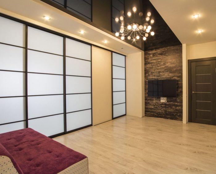 Современная квартира с чёрным потолком