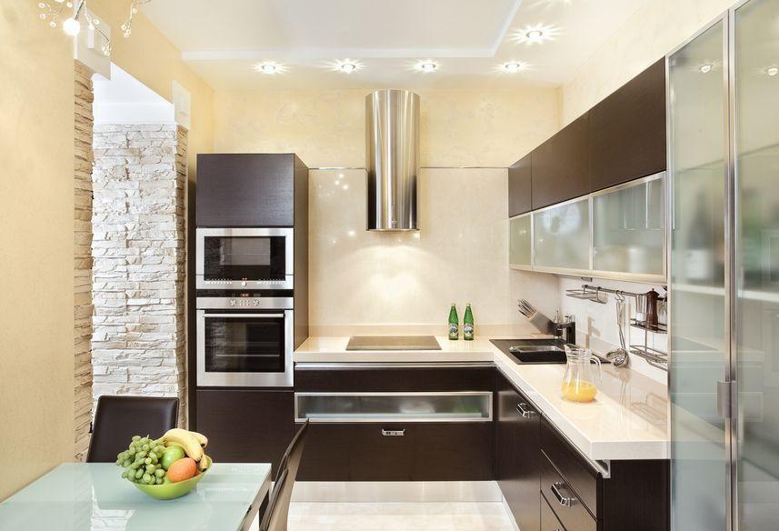 Современная кухня со стеклянными фасадами