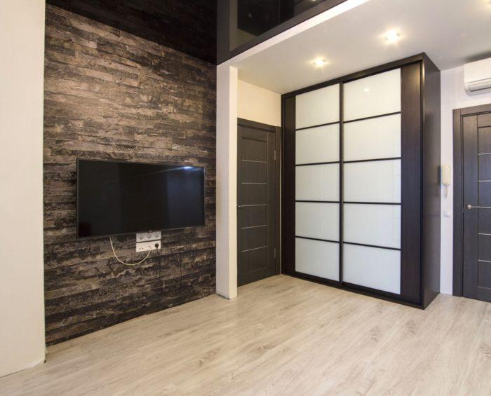 Современная отделка стены за телевизором