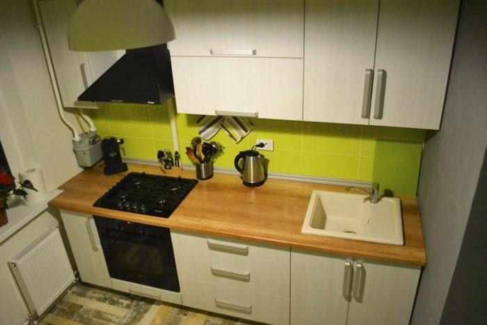 Сочетание серого и белого на кухне с деревянной столешницей