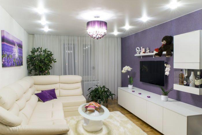 Сочетание фиолетовых и белых обоев в интерьере