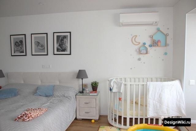 Спальня и детская в одной комнате в светлых тонах