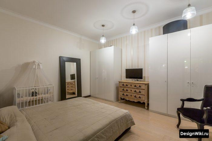 Спальня и детская у стены в одной комнате