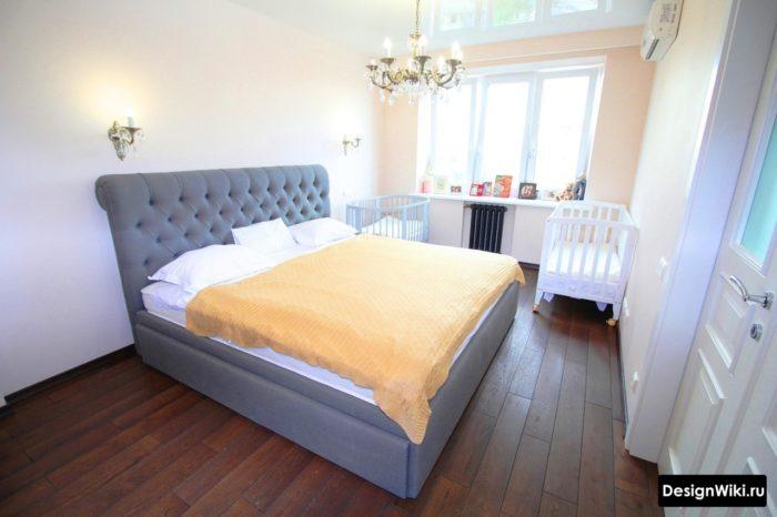 Спальня с двумя детскими кроватками у окна