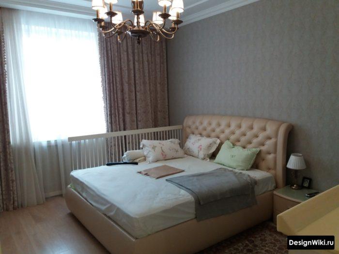 Спальня с кроватью с бортиком для ребенком