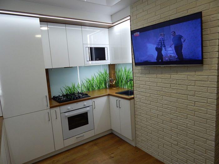 Стеклянный фартук на белой кухне