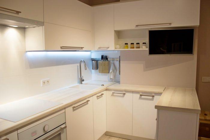 Стильная белая кухня по дизайн проекту