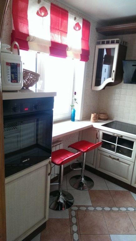 Стол-подоконник с барными стульями на кухне