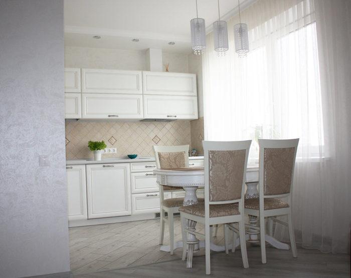 Стык плитки и ламината в кухне-гостиной