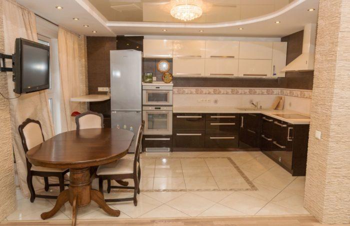 Стык пола между гостиной и кухней