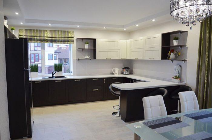 Угловая кухня-гостиная с барной стойкой