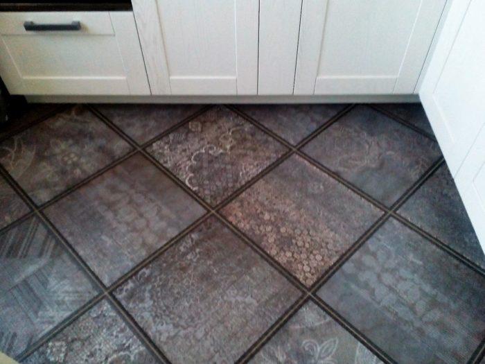 Фактурная плитка на полу кухни