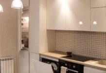 Фартук для кухни из белой мозаики с чёрной затиркой швов