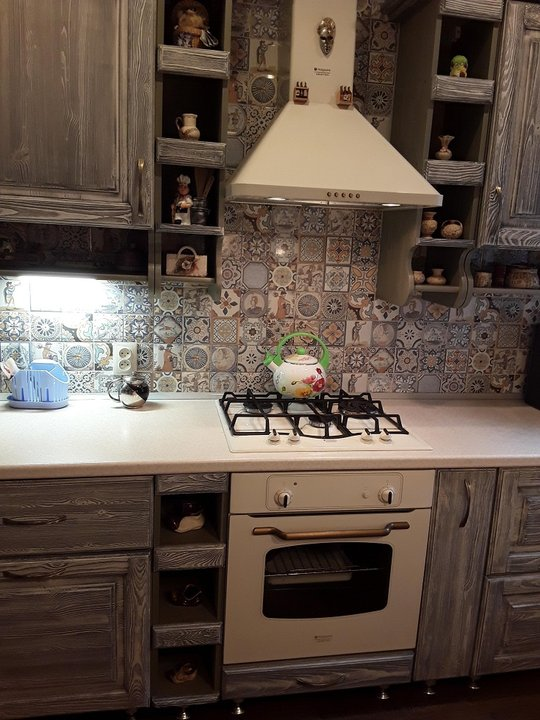 Фартук для кухни из квадратной плитки с узором