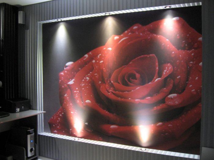 Фотообои с цветами в нише с подсветкой
