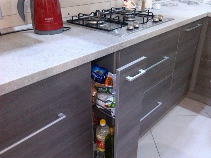 Черная затирка для белой плитки на кухне