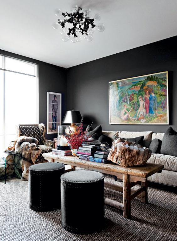 Черные стены с картиной в гостиной