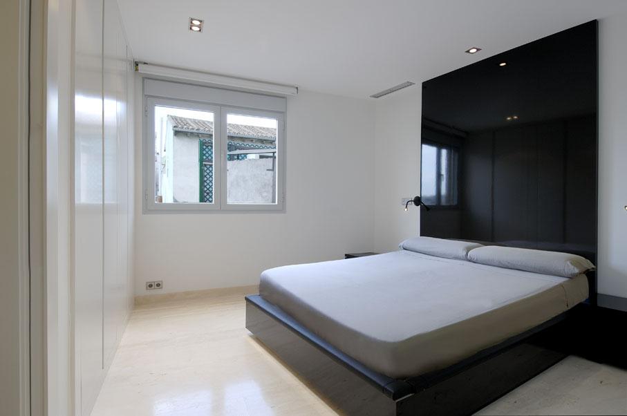 Черный глянец в белой спальне