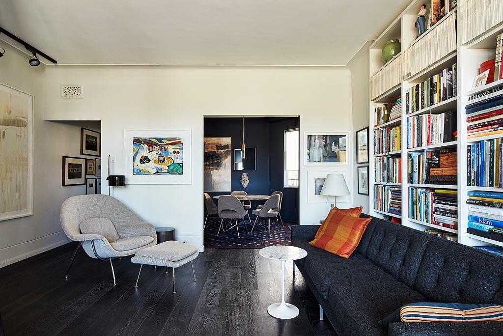 Черный ламинат на полу арт-деко гостиной