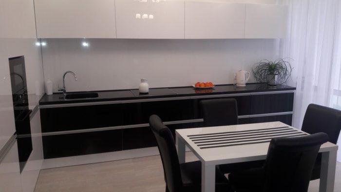 Чисто белая плитка на фартук кухни