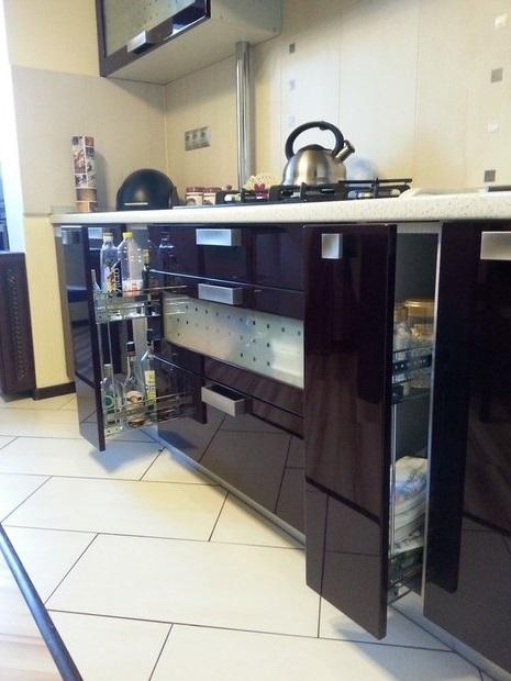Чёрная затирка швов для белой плитки на кухне