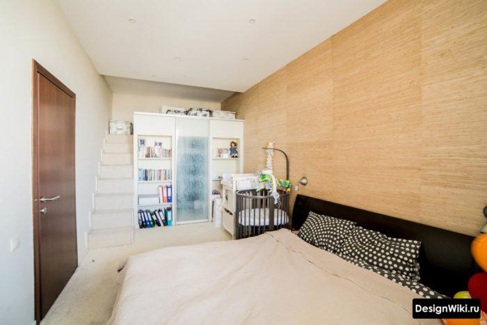Шкаф с кроватью-чердаком в спальне с уголком для ребенка