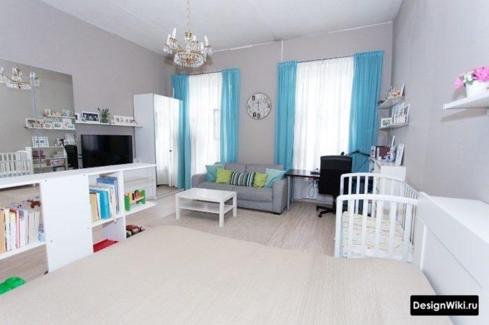 Шторы в спальне с детской кроваткой