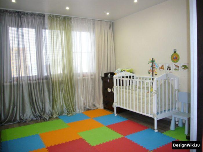 Яркий ковер возле детской кроватки
