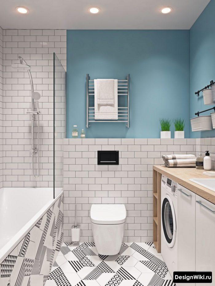 голубая акцентная стена в ванной комнате