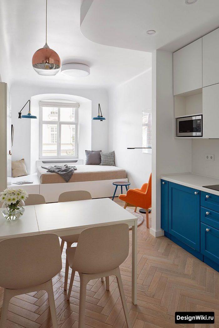 голубая кухня гостиная с оранжевым акцентом