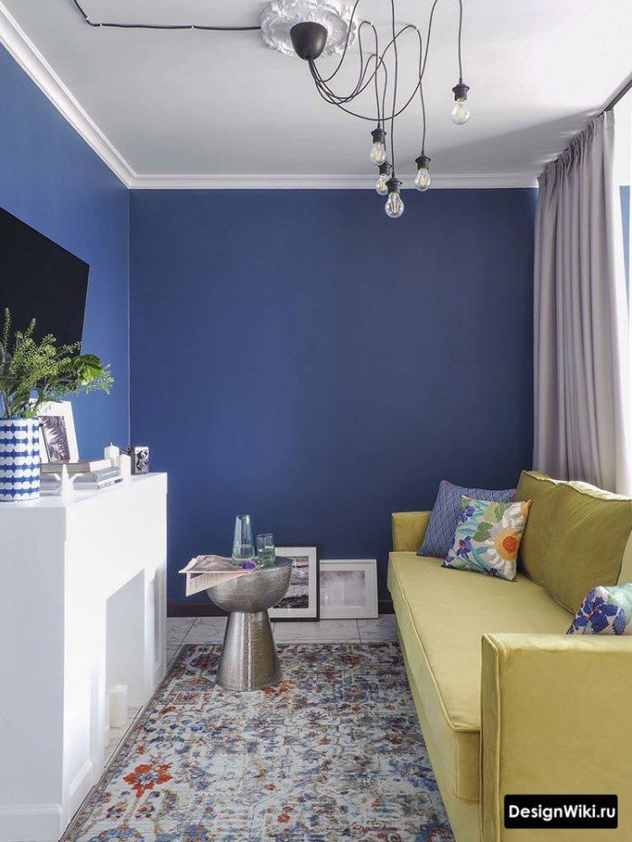 гостиная с сочетанием желтого и синего