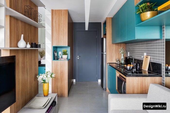 интерьер квартиры студии с сочетанием голубого и дерев