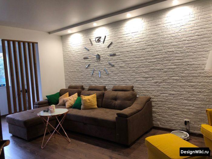 натяжной матовый потолок в гостиной со ступенькой из гипсокартона