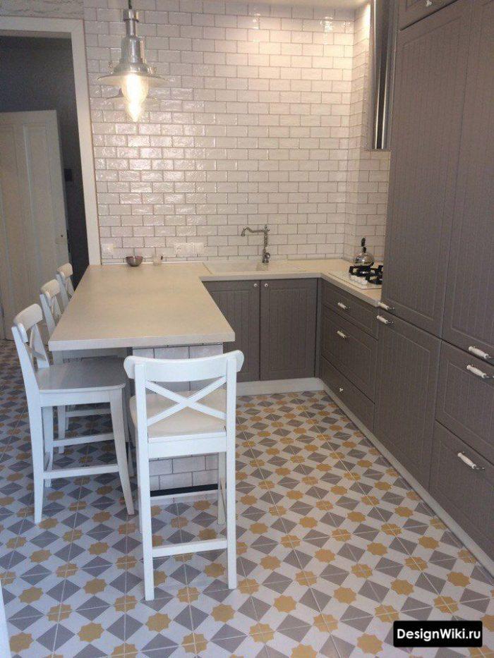 серая кухня с цветной плиткой