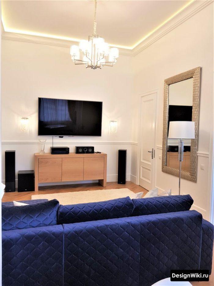 сорвеменный дизайн гостиной с потолком с подсветкой