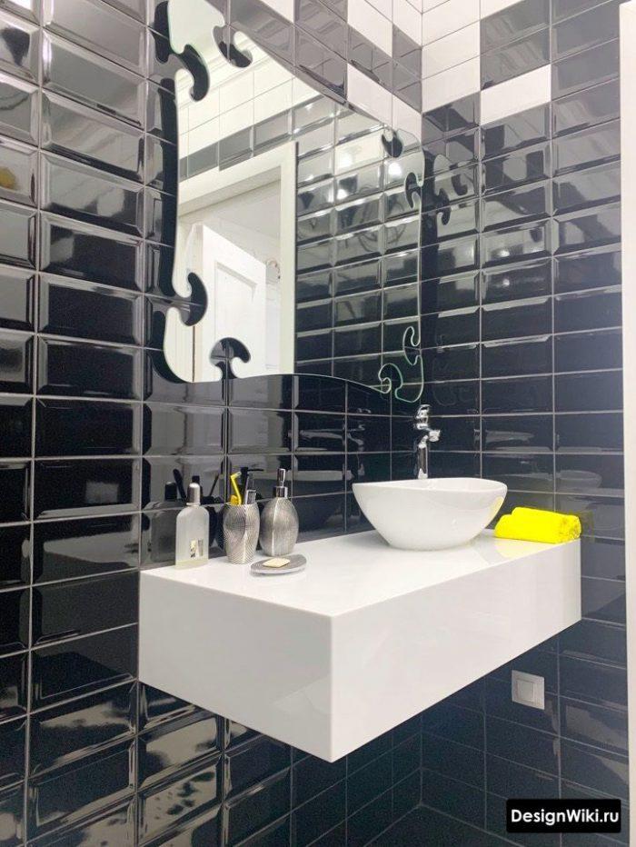 черная ванная с желтым акцентом