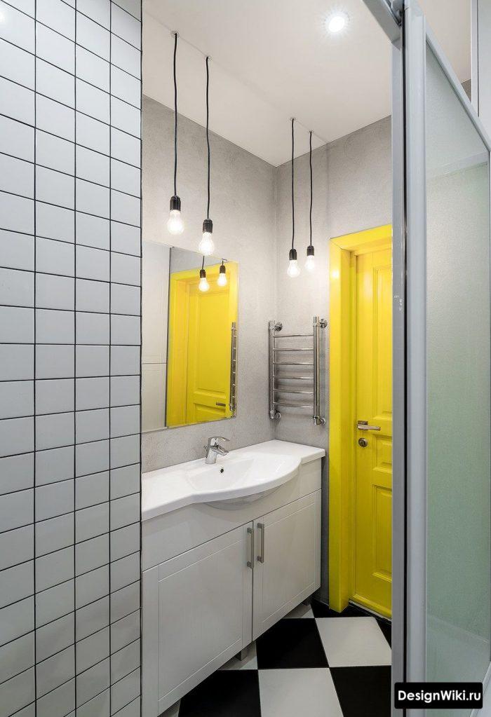 ярко желтая дверь в интерьере