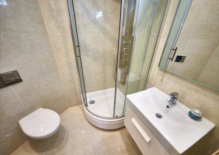 Бежевая плитка в санузле с душем