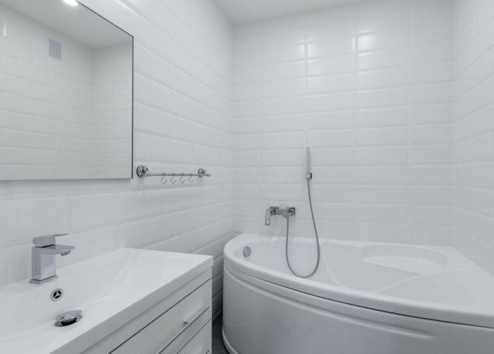 Белая ванная с туалетом