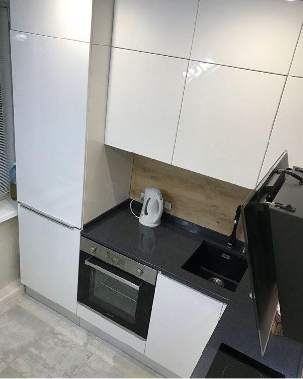 Белая глянцевая маленькая кухня до потолка