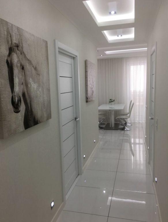 Белая глянцевая плитка в коридоре