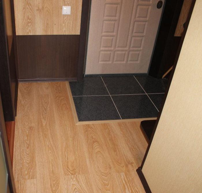 Белая затирка для плитки в прихожей-коридоре