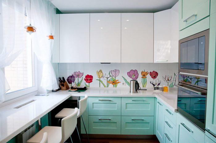 Бело-бирюзовая кухня из массива с фризой