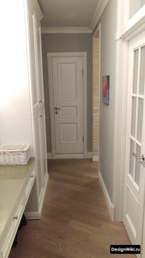 Белые двери с фрезировкой в коридоре