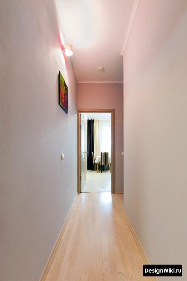 Белые крашенные стены в длинном коридоре