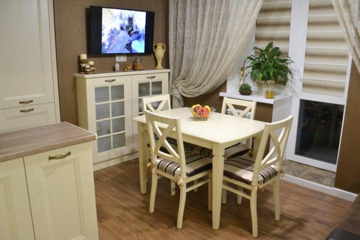 Белые стол и стулья для классической кухни
